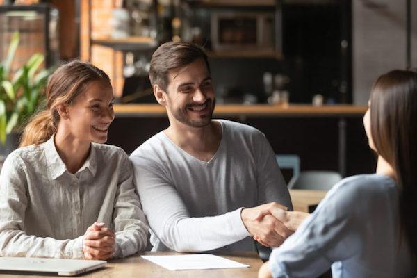 shaking-mortgage-advisors-hand